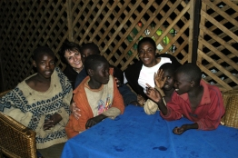 """Dans le cadre d'un programme de l'Unesco """"Esperance et Solidarité autour d'un ballon"""" Marie-José PERREC va rendre visite aux jeunes enfants des rues et orphelins au Rwanda. Elle à, pour cette occasion, le titre d'ambassadrice pour l'Unesco. *** Local Caption *** Marie-José PERREC et Marie-José LALLART avec les My Bobos. Elle sont partie seules, de nuit, à la recherche de ces jeunes SDF. Pour certains, ils sont orphelins; pour d'autres ils ont été mis à la porte par une maratre. Les deux Marie-José leur ont offert un vrai repas. A les voir manger, ça devait faire un moment que ça ne leur etait pas arrivé. En repartant, ils ont mis dans un sac plastique tout ce qu'ils n'avaient pas mangé (c'est à dire les os) pour leur petits dejeuner."""