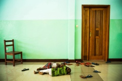 BUKAVU, REPUBLIQUE DEMOCRATIQUE DU CONGO. AVRIL 2016. Des enfants font la sieste dans la salle de karate de la fondation Panzi. La fondation Panzi prend en charge des femmes victimes de viol et developpe un programme de rehabilitation par le sport.