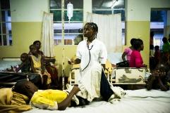 BUKAVU, REPUBLIQUE DEMOCRATIQUE DU CONGO. AVRIL 2016. Sandra, beneficiaire des écoles de l espoir lors de son stage de formation a l hopital de Panzi. Sandra, victime de viol, a ete pris en charge par la fondation Panzi qui developpe un programme de rehabilitation par le sport.