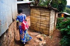 BUKAVU, REPUBLIQUE DEMOCRATIQUE DU CONGO. AVRIL 2016. Arlene, victime de viol prise en charge par la fondation Panzi, retourne dans son village de Kamweze pour voir sa mere. La fondation Panzi prend en charge des femmes victimes de viol et developpe un programme de rehabilitation par le sport.