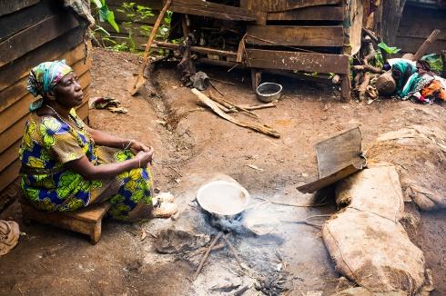 BUKAVU, REPUBLIQUE DEMOCRATIQUE DU CONGO. AVRIL 2016. Arlene, victime de viol prise en charge par la fondation Panzi, retourne dans son village de Kamweze pour voir sa mere. La fondation Panzi prend en charge des femmes victimes de viol et developpe un programme de rehabilitation par le sport. La grand mere de Arlene.