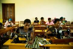 BUKAVU, REPUBLIQUE DEMOCRATIQUE DU CONGO. AVRIL 2016. Cours de couture servant de formation professionnelle a la fondation Panzi. La fondation Panzi prend en charge des femmes victimes de viol et developpe un programme de rehabilitation par le sport.